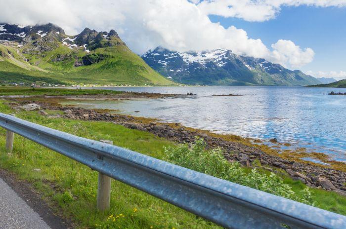 Fjord og fjellandskap, tatt fra innsiden av en bil