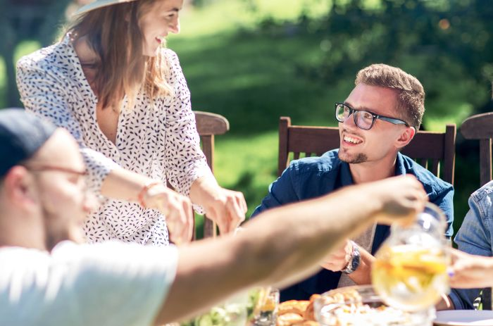 Människor som fikar utomhus en ljuvlig sommarkväll