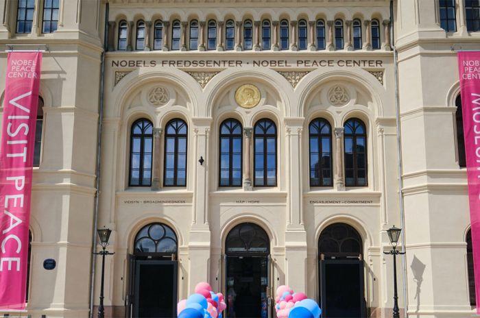 Bygget og inngangspartiet til fredssenteret