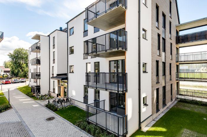 Ett lägenhetshus i örebro med inglasade balkonger