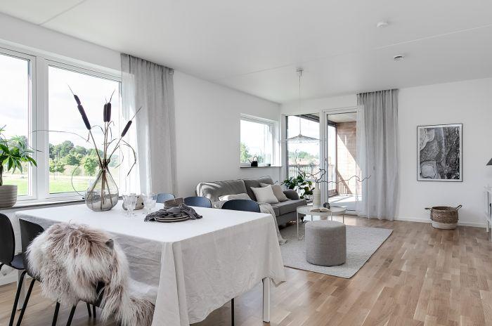 Ett köksbord i ett kök med öppen planlösning