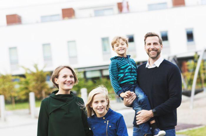 familj framför en lekplats