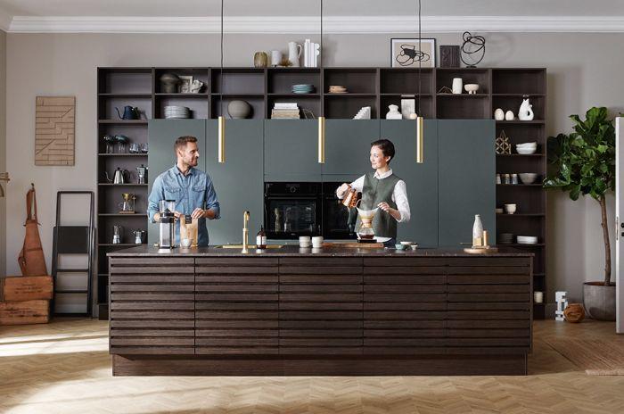 Mann og kvinne bak en kjøkkenøy
