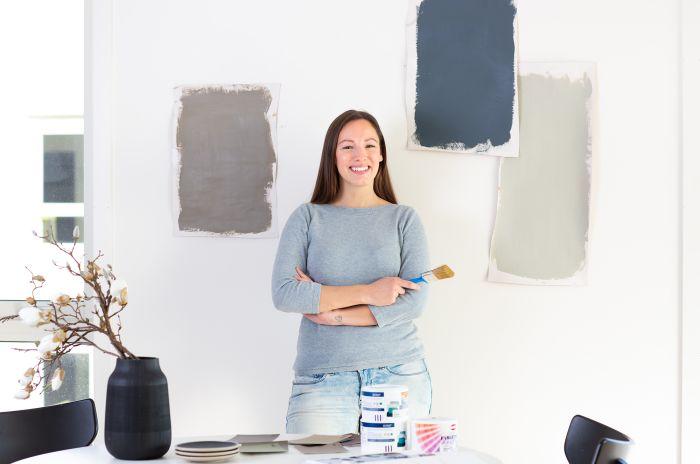 Kvinna i vardagsrum målar