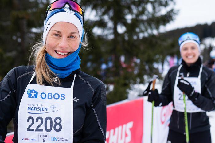 To kvinner på ski med startnummer på brystet