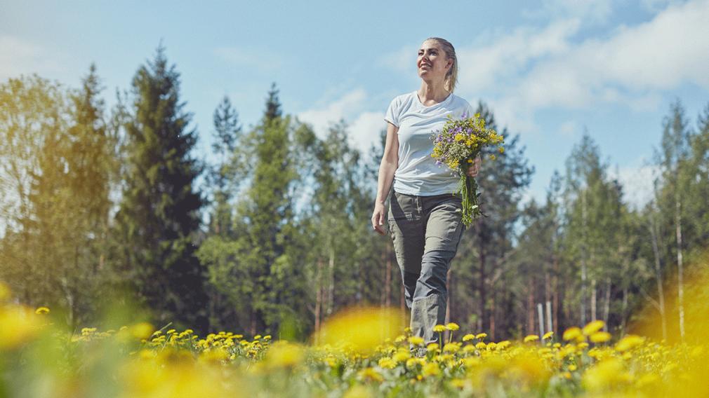 kvinne går tur i skogen