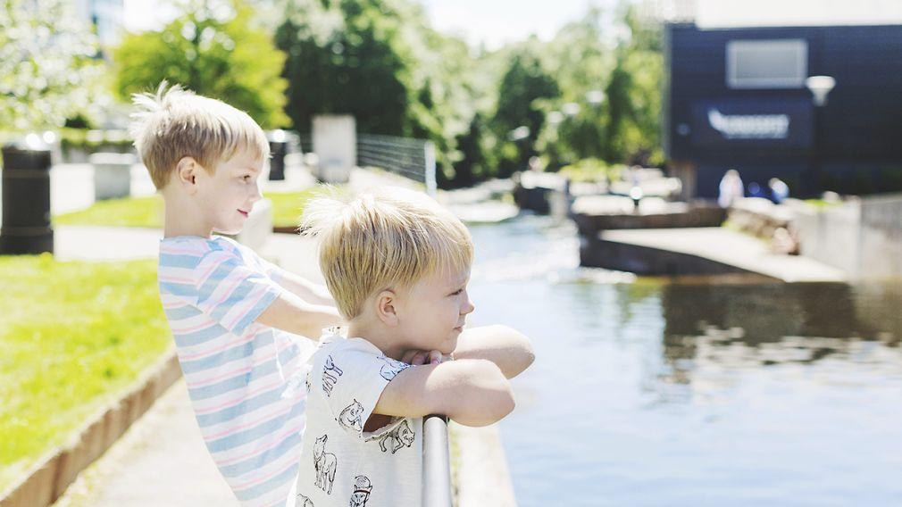 barn står og ser utover Nydalsdammen