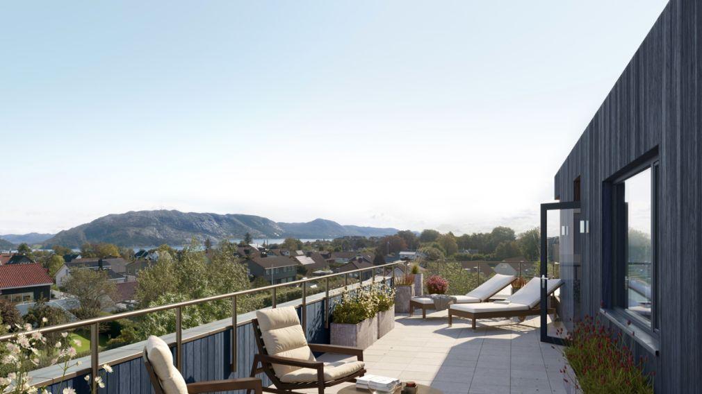 balkong på Mariebo med sittemøbler og utsikt over fjell og sjø