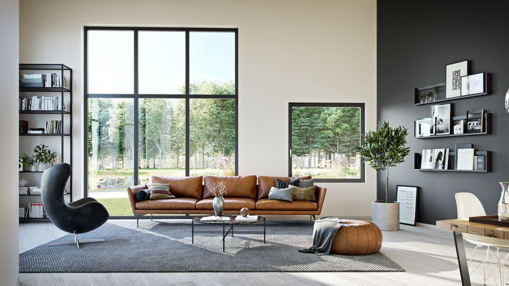 lys stue med høye vinduer og sofagruppe