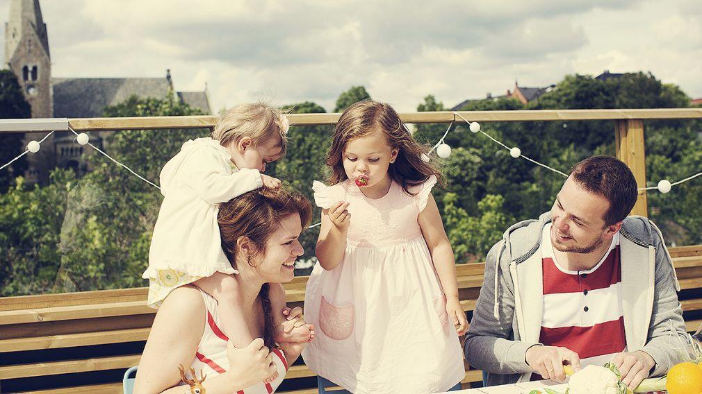 familie sitter på takterrasse og hygger seg