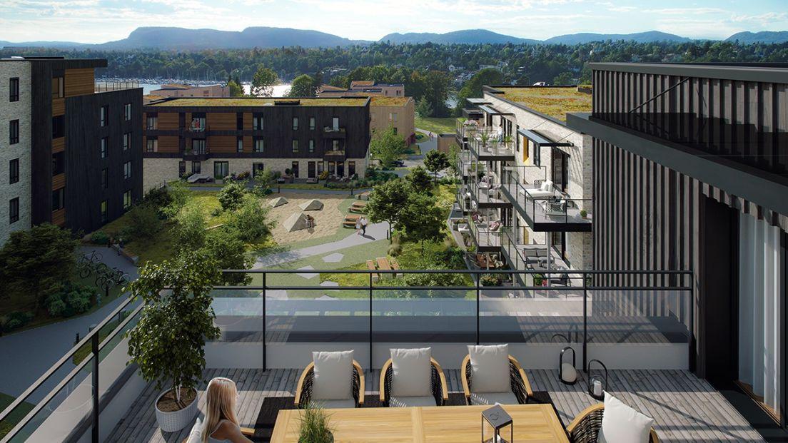 Utsiktbilde til friområder og sjø fra stor terrasse med spiseplass