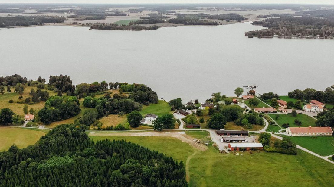 kräggas område med stora tomter och hus liggandes utefter en sjö