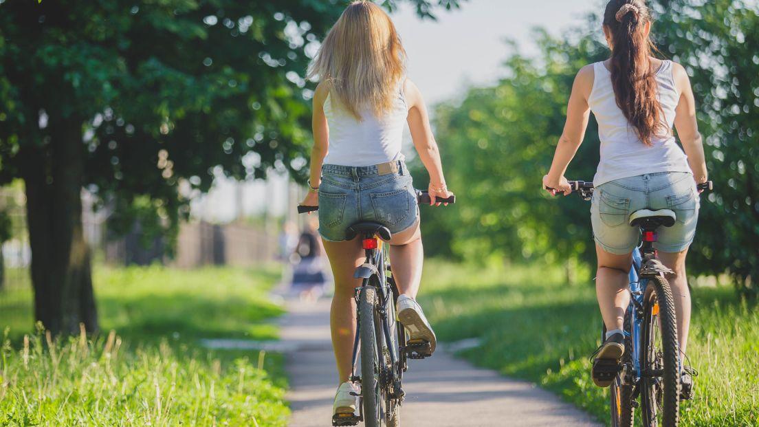 Två kvinnor som cyklar på torpaängen