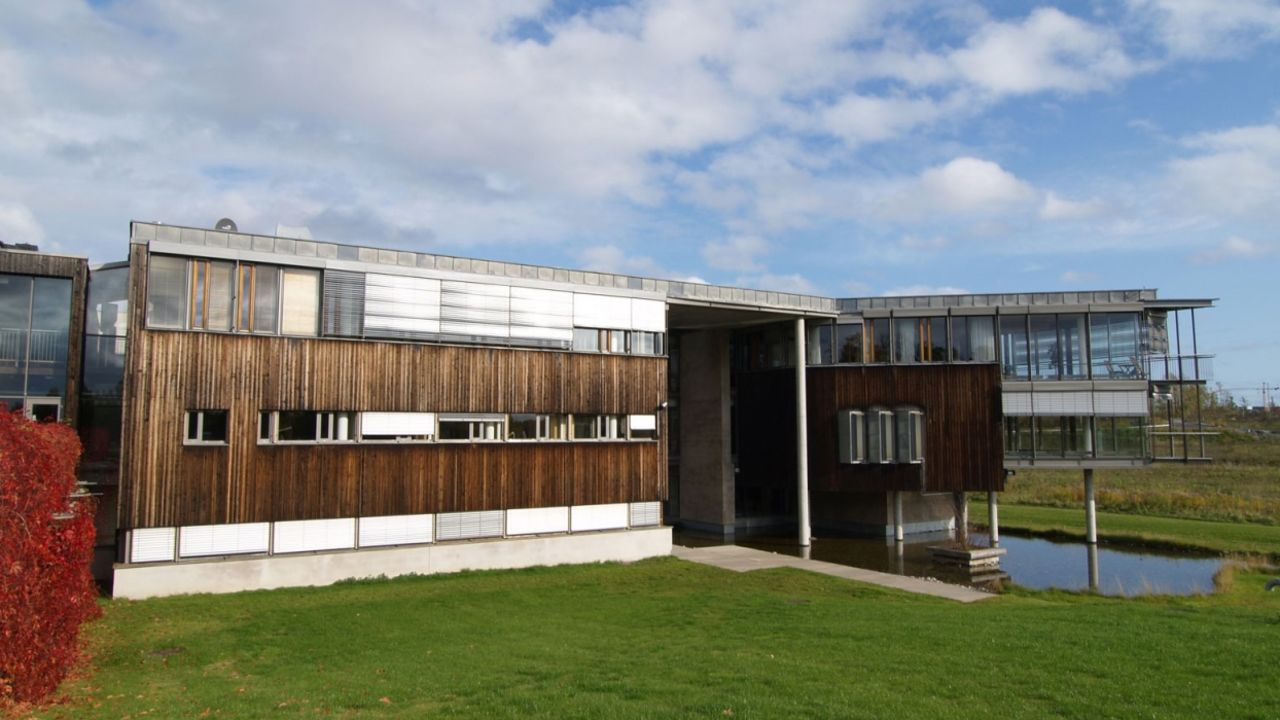 Bilde av Oksenøyveien 80. Et moderne kontorbygg i landlige omgivelser. Funkisstil.