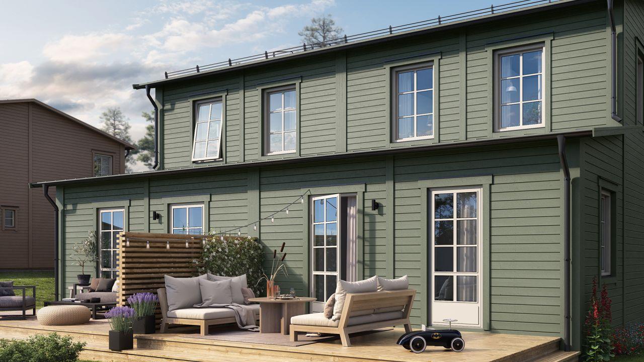 Grön exteriör och en härlig uteplats på ett hus i obos projekt Brf Talldungen i Skölsta