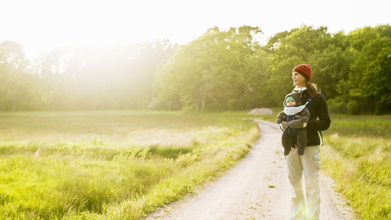En mamma och en dotter på en slingrande landsväg en härlig sommardag