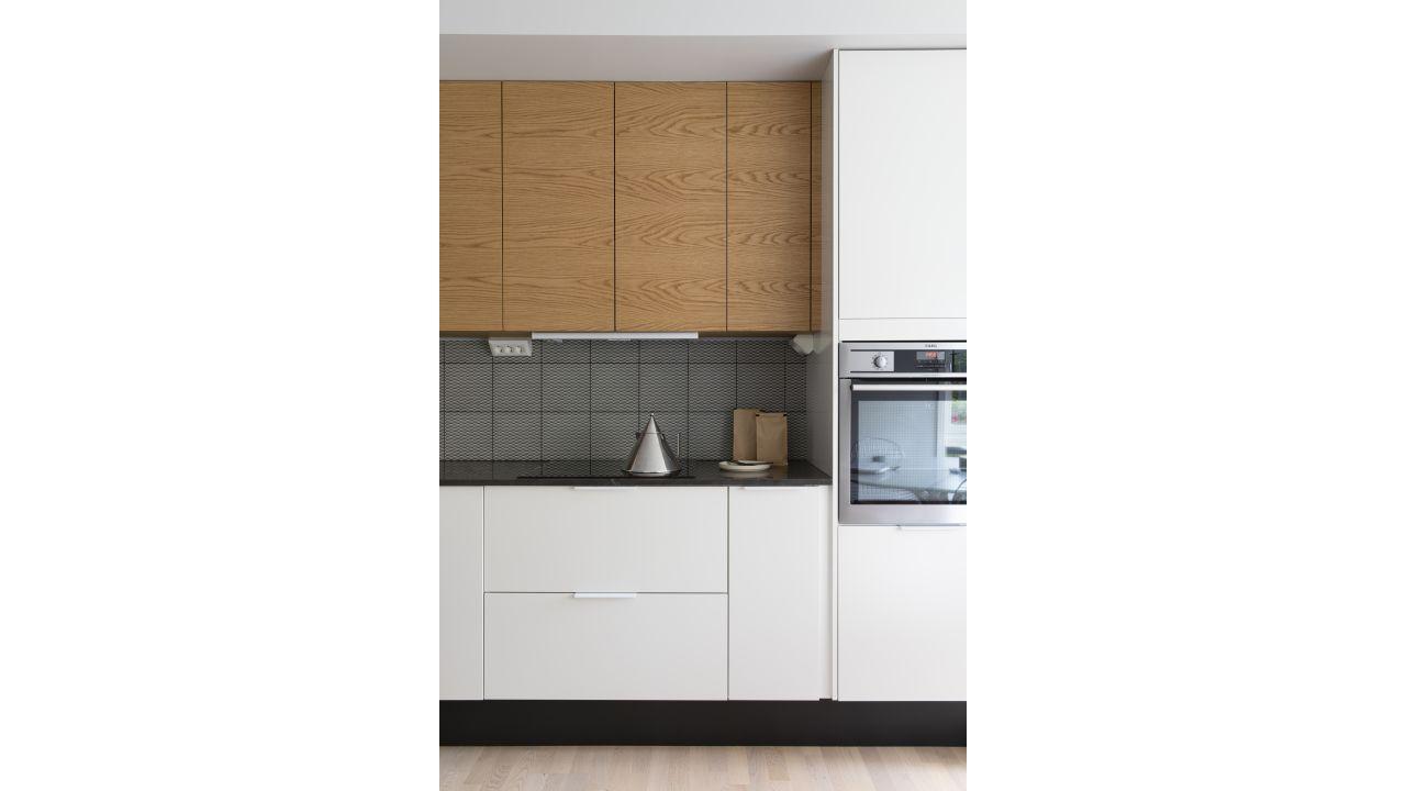 Kjøkken med fronter i eik og hvit