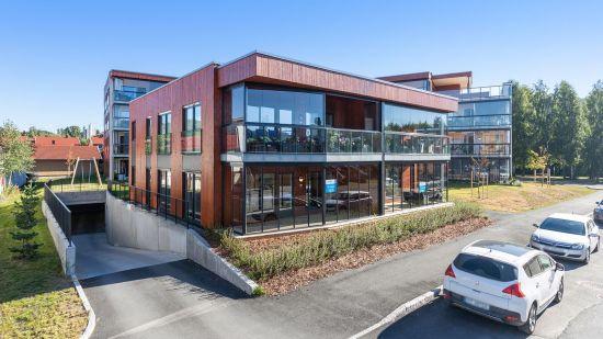 Bilde av fasade på Industrigaten med nedkjøring til parkeringshus under bakken