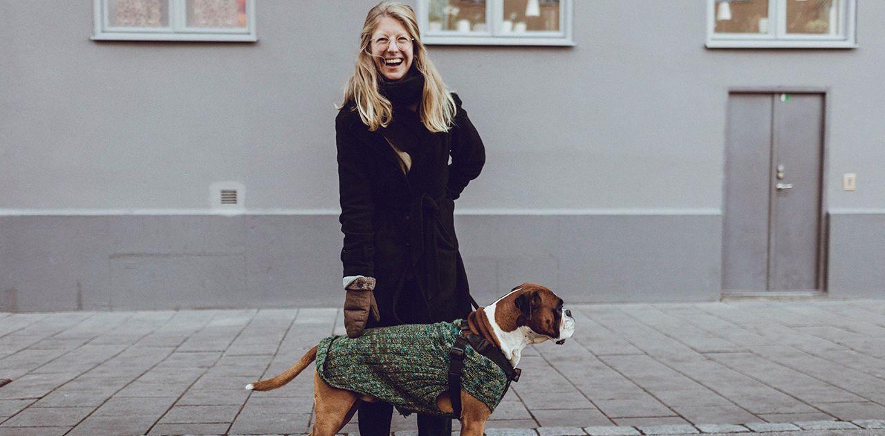 Illustrasjonsfoto av kvinne og hund utenfor et bygg.