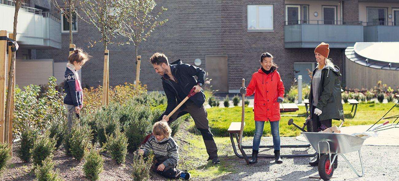 God stemning blandt barn og voksne på dugnad i boligselskapet.