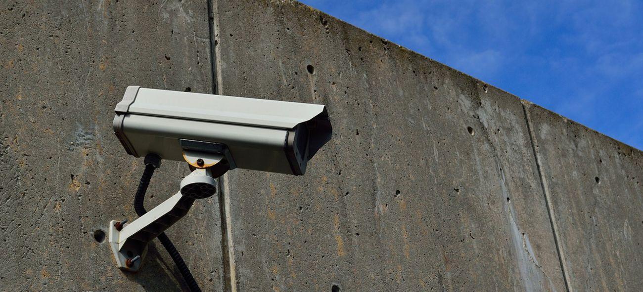 Et overvåkingskamera på en murvegg