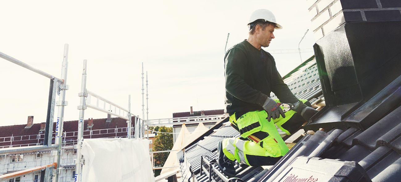 Mann som jobber på et tak