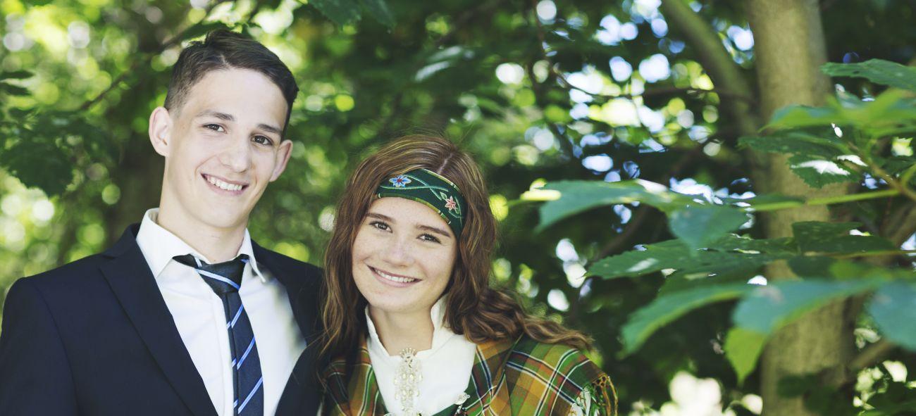 En gutt i dress og en jente i bunad - klare for konfirmasjon