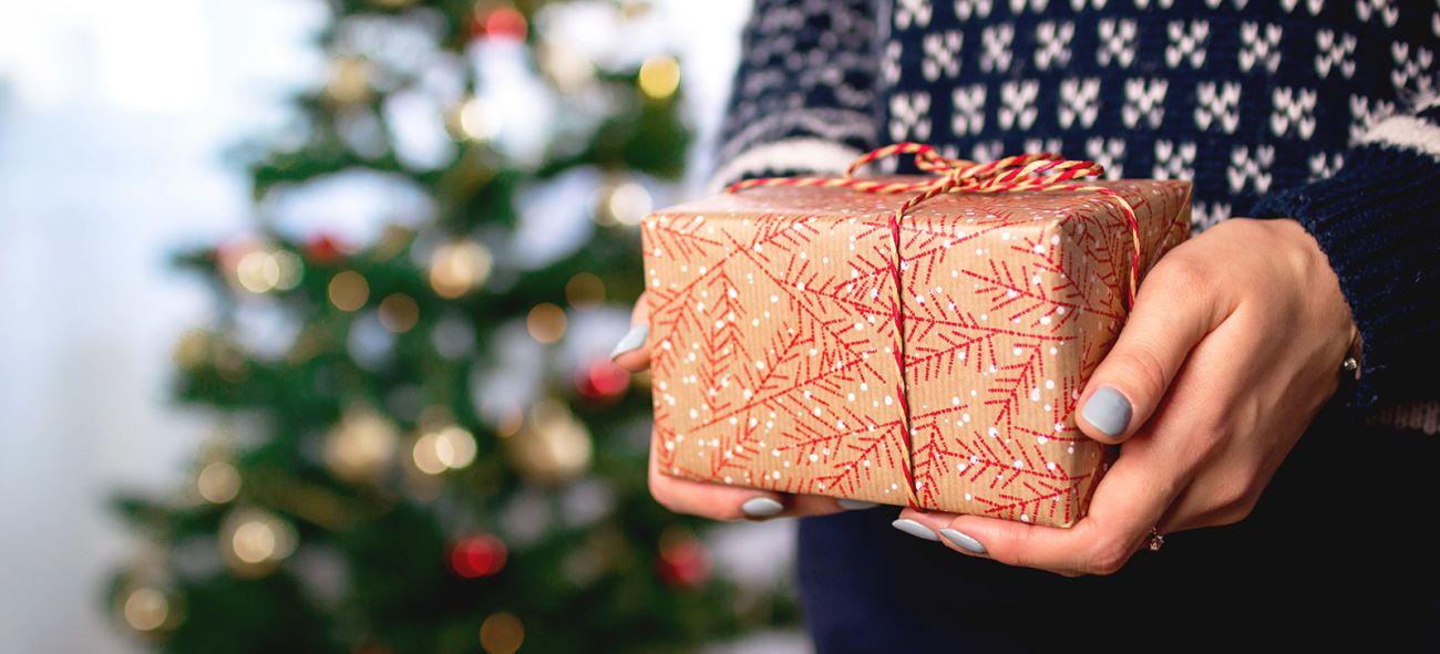 En person holder en julegave