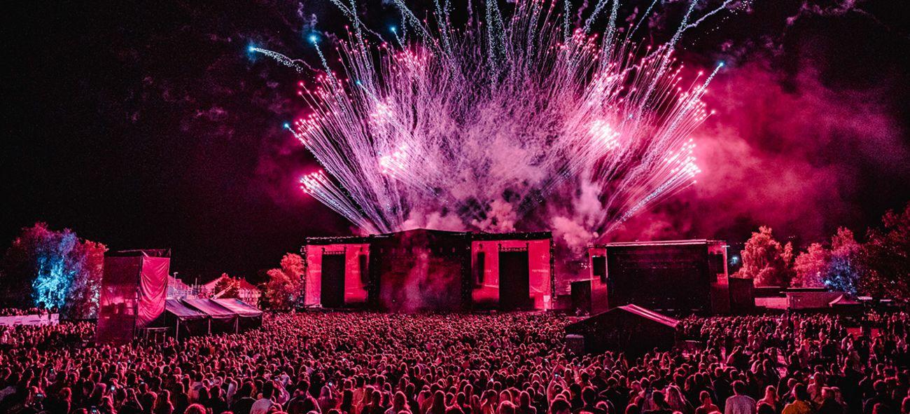 Scenen fra fjorårets festival med veldig mange i publikum og fyrverkeri bak scenen.