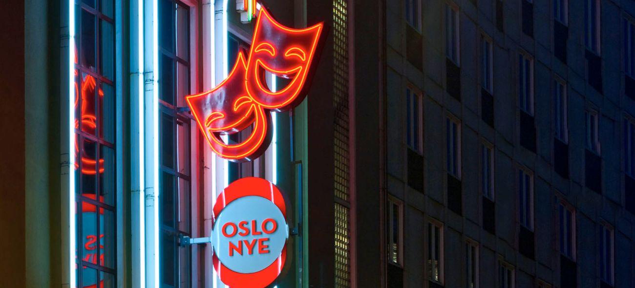 Skiltet til Oslo Nye Teater og teatermasker i neon