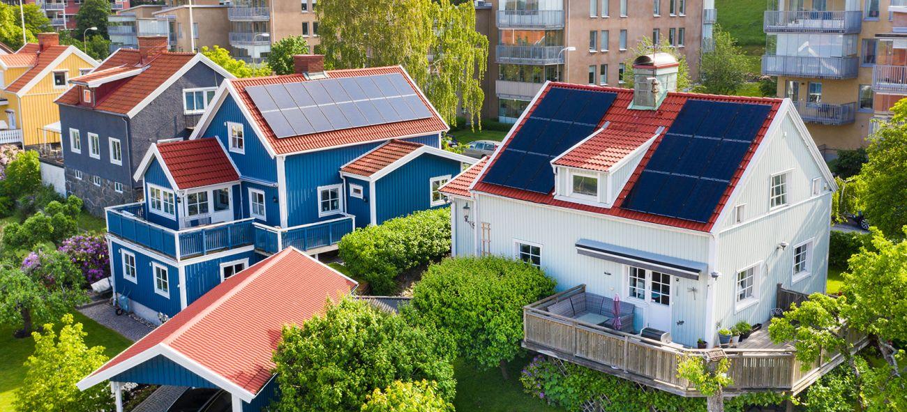 To hus med solceller på taket
