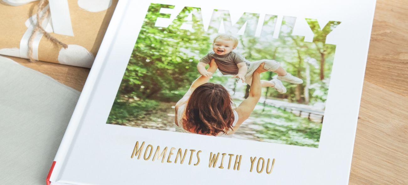Fotobok med en mor som holder sønnen sin