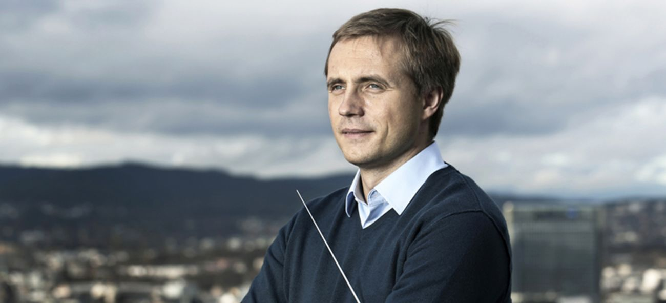 Filharmoniens sjefdirigent Vasily Petrenko skuer utover Oslo fra toppen av et tak.