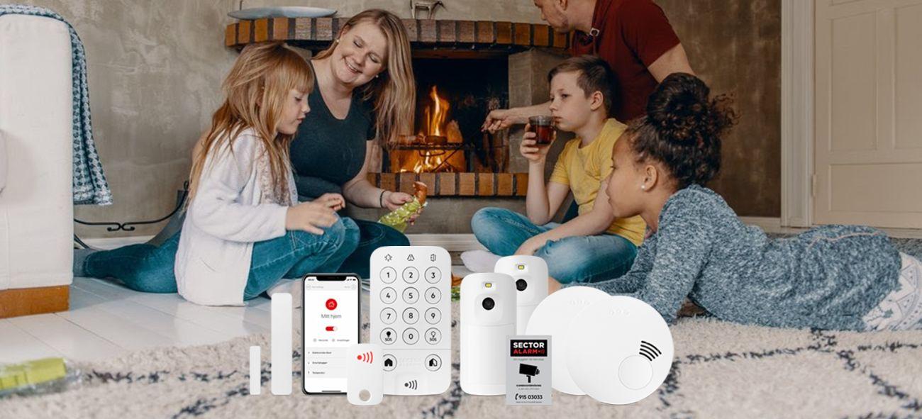 En familie spiser foran peisen med bilder av produktene i forgrunnen