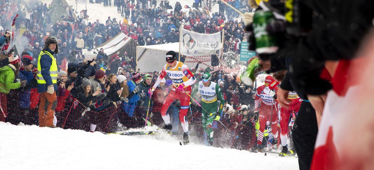 Klæbo på ski foran stor folkemengde