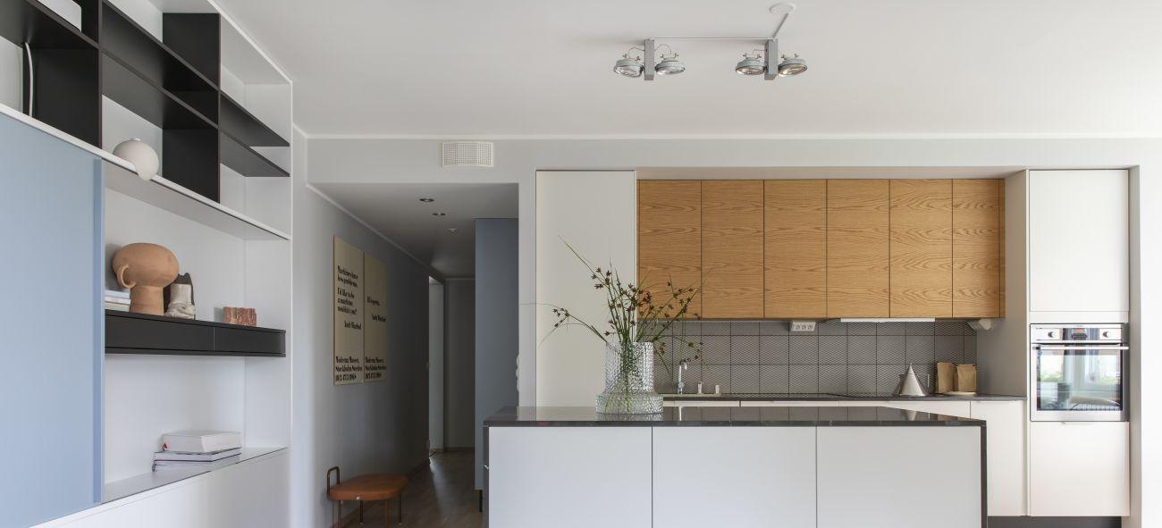 Kjøkken med kjøkkenøy og platting foran