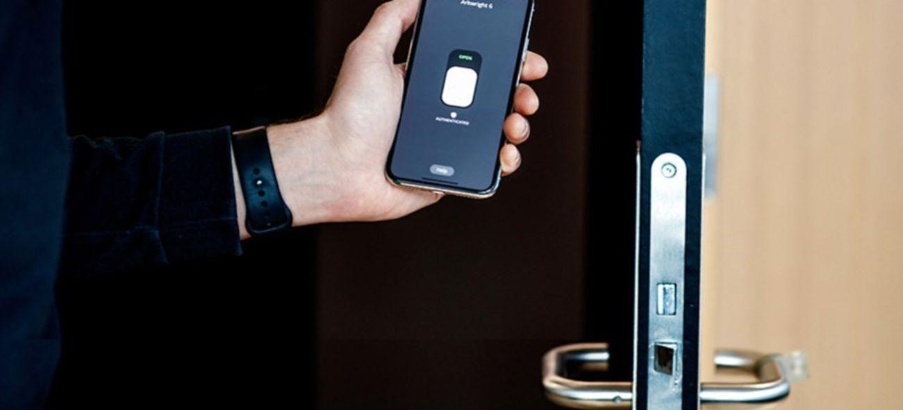 Viser hvordan mobilen åpner dør med digital nøkkel på mobil