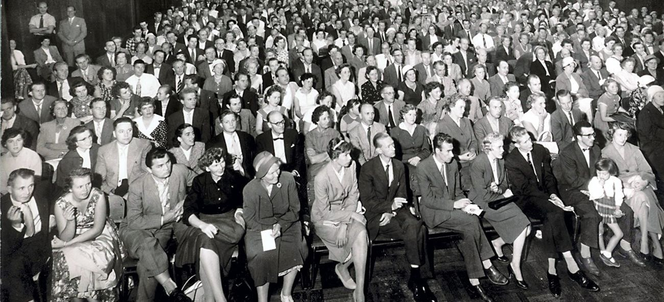 Svarthvitt bilde av fullsatt tildelingsmøte på 50-tallet