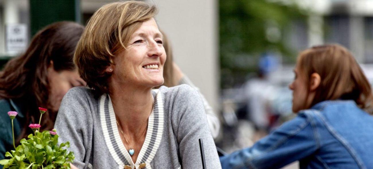 Kvinne ved utendørs kafebord