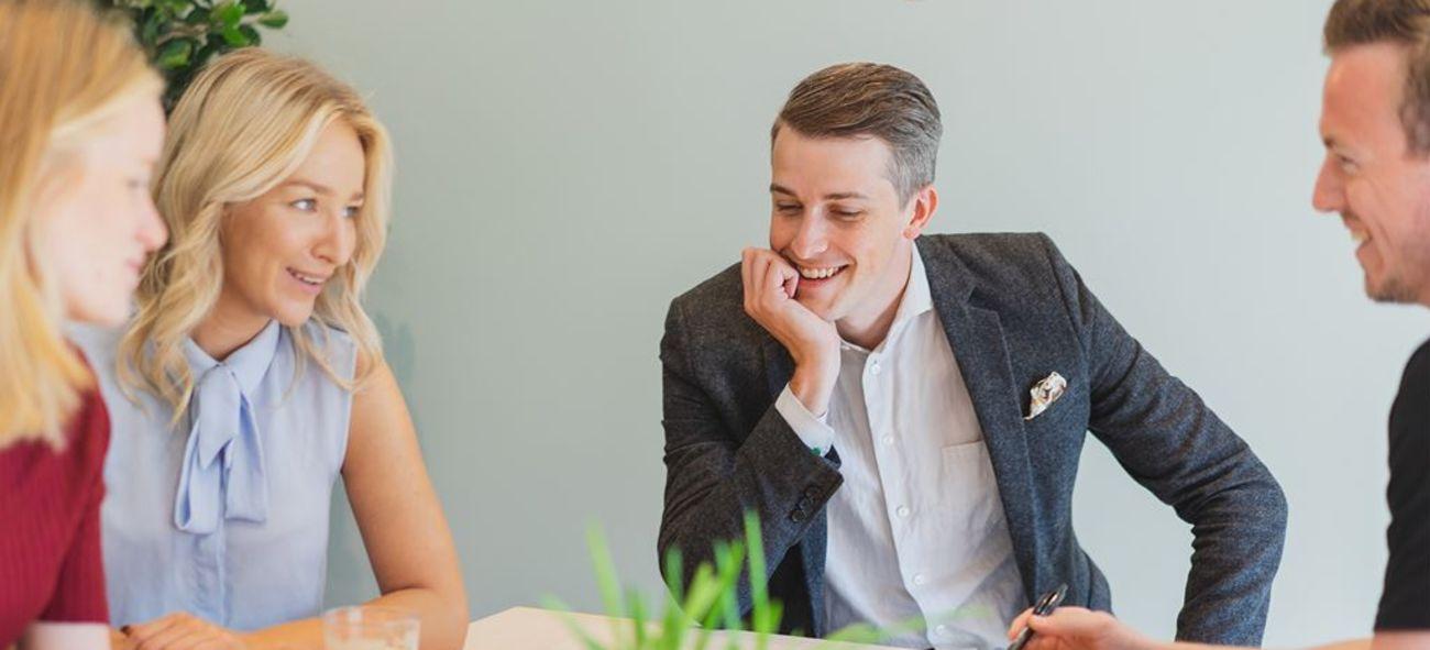 Två tjejer och två killar sitter i ett möte på OBOS-kontor
