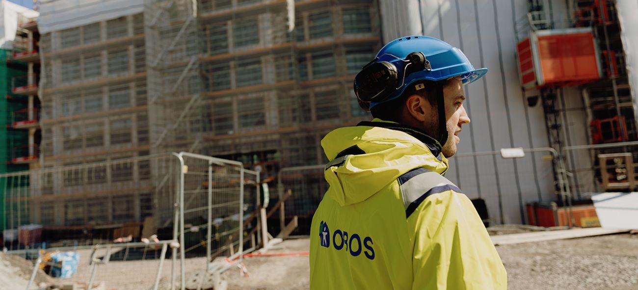 Obos-ansatt på byggeplassen for obos living lab.