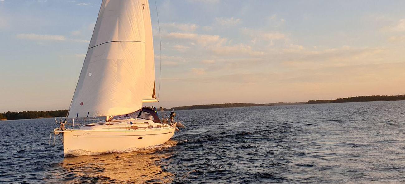 segelbåt ute på havet i solnedgång