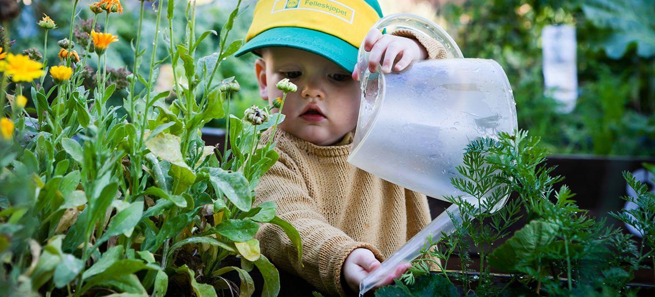 Gutt med vannkanne. Foto: Iselin Kristiansen
