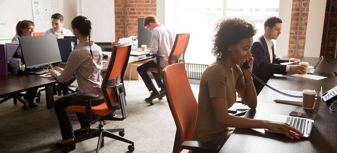 Illustrasjonsbilde. Mennesker som jobber i kontorfellesskap.