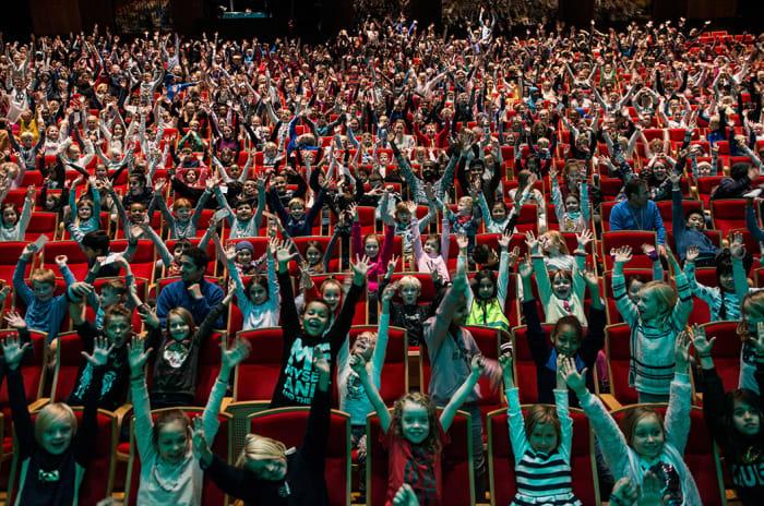 Salen på Det Norske Teatret fylt med jublende barn