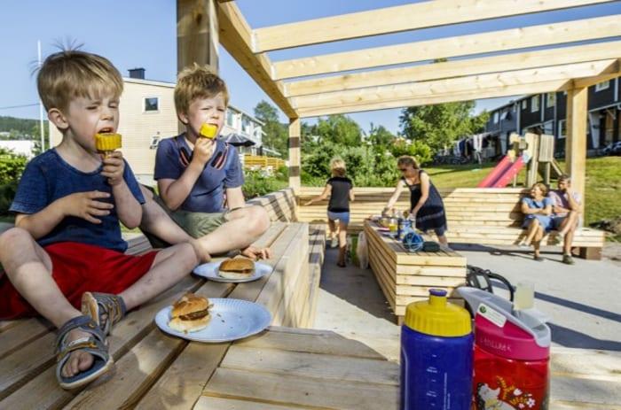 To gutter spiser grillmat på en uteplass