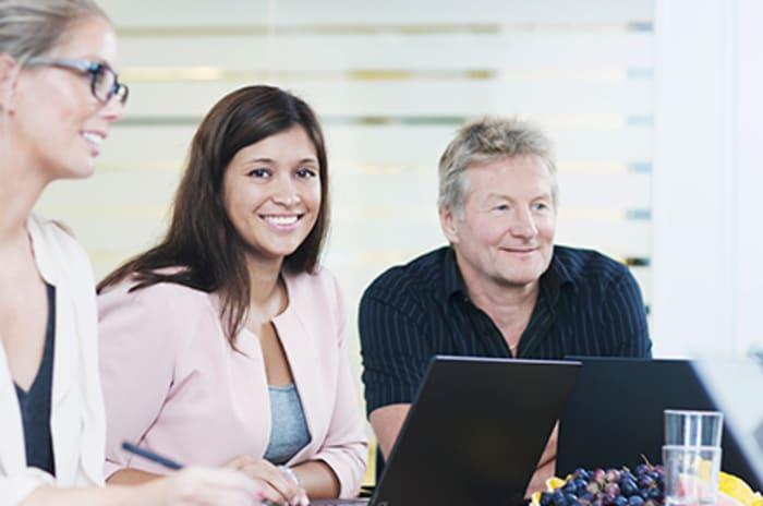 Tre mennesker i et møtelokale