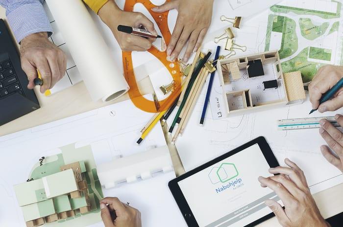 Bilde av et bord med plantegninger og modeller