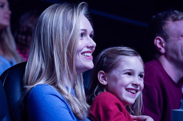 Familie ser på kino