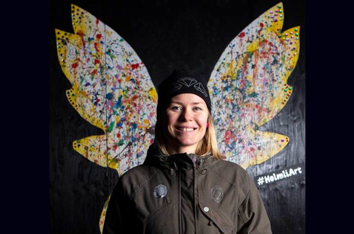 Holmliabeboer Anki Strøm foran kunstverket hun har laget for Holmlia senter
